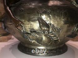 Art Nouveau Spectaculaire vase en métal poli à décor en haut relief de 2 sirènes