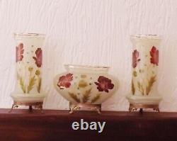 Garniture De Vases Et Coupe En Verre Opalescent A Decor Emaille De Fleurs