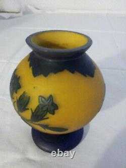 Petit vase soliflore pâte verre Art nouveau au decor de melisse signé Richard