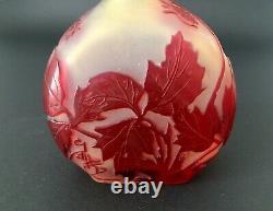 Rare vase en verre aux fraises signé Emile Galle